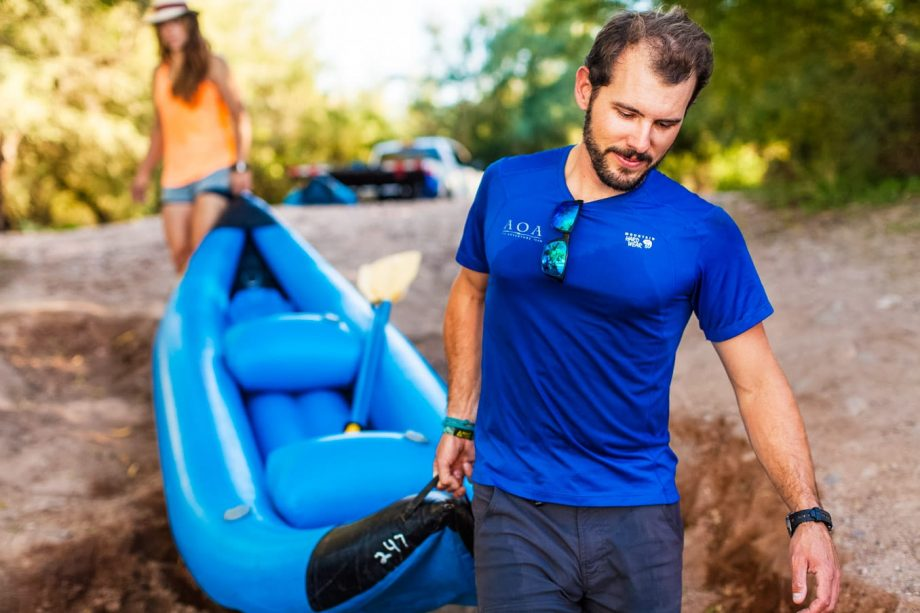 Kayakers carry raft toward Saguaro Lake shore